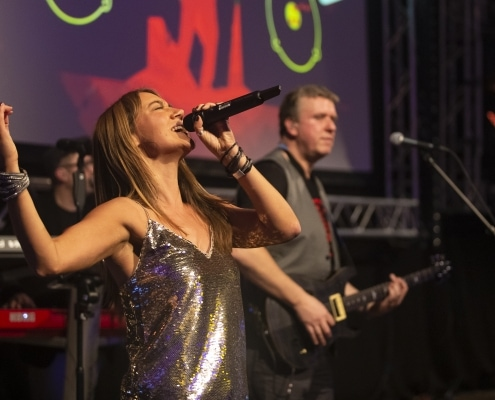 Sängerin Tini Zettler mit der BAYERN 1 Band